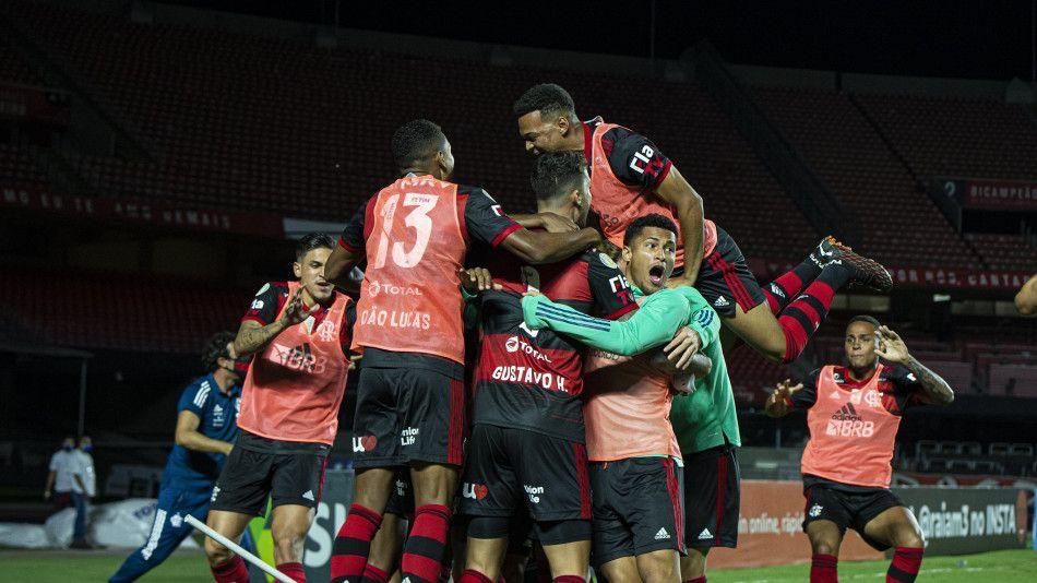 Flamengo perde para São Paulo, mas é campeão brasileiro com empate do Inter