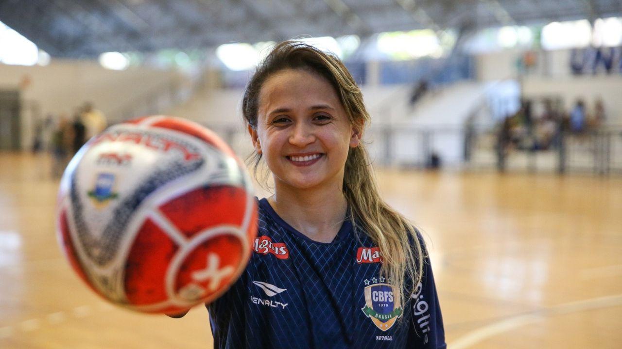Melhor do mundo no futsal, Amandinha ressalta força feminina no esporte; veja entrevista