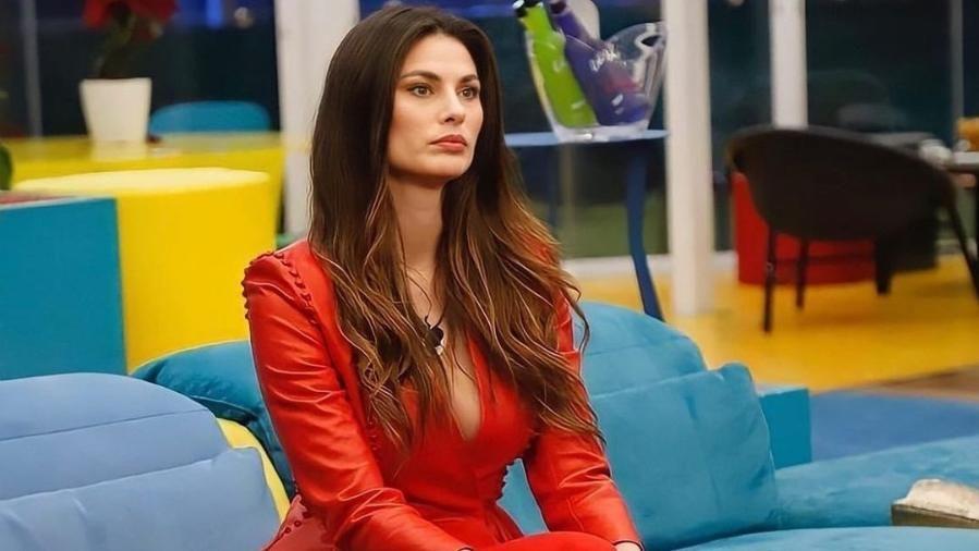 Brasileira que participou do 'Big Brother' Itália revela infância difícil e que pediu comida na rua